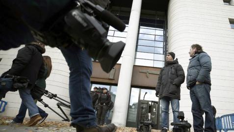Cámaras de televisión esperan a la puerta de la Audiencia de Navarra