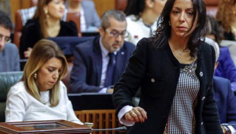 Marta Bosquet, que ha sido elegida presidenta de la Cámara autonómica, tras su votación para elegir los miembros de la Mesa, ante la presidenta de la Junta en funciones, Susana Díaz.