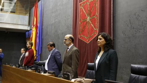 Minuto de silencio en el Parlamento de Navarra.
