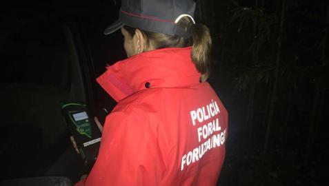 Una agente de la Policía Foral realiza un test de alcoholemia.