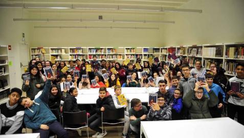 Alumnos del IES Marqués de Villena de Marcilla  muestran varios títulos de la biblioteca. Promover la lectura entre los jóvenes es uno de los objetivos del centro y, también, de la biblioteca.