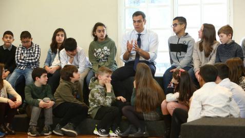 Pedro Sánchez recibe en Moncloa a un grupo de alumnos de Marcilla