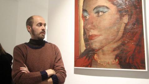 El artista Javier Artica Rubio posa junto a una de sus obras de la exposición Mecanismos de defensa en la galería Tournemire de Madrid.