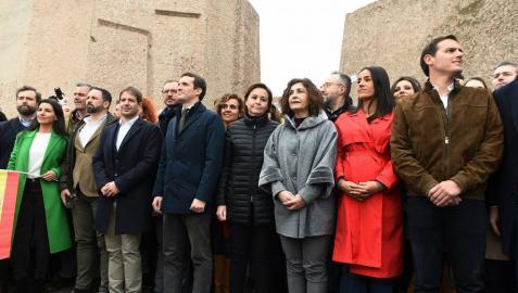 Casado, Rivera y Abascal, en la misma foto al final de la concentración en Madrid