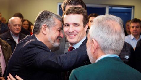 El presidente del PP, Pablo Casado, saluda a militantes del Partido Popular en la sede de Lugo.