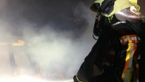 Un bombero apagando el incendio de una vivienda en Alsasua