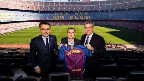 Bartomeu, Valverde y Mestre posan en el Camp Nou tras la renovación del entrenador.