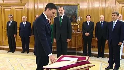 Pedro Sánchez promete su cargo de presidente del Gobierno sin símbolos religiosos
