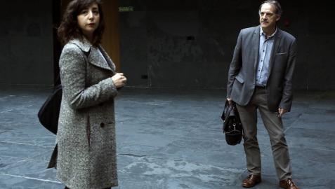 Laura Pérez (Podemos-Orain Bai) y Adolfo Araiz (Bildu), en el atrio del Parlamento foral.
