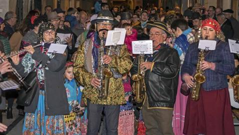 Su alegre pasacalles recorrió el centro de la ciudad entre canciones y bailes de los ex danzaris Francisco Beruete