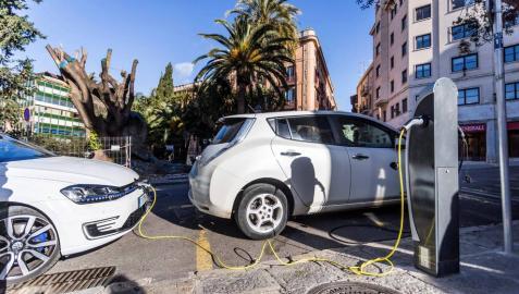 Recarga de vehículos eléctricos en una calle de Palma de Mallorca.
