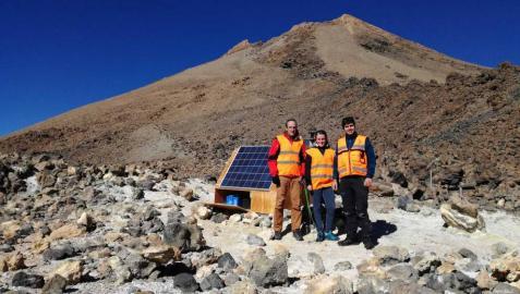 De izquierda a derecha: David Astrain y Leyre Catalán (investigadores de la UPNA), con José David González de la Guardia (investigador de INVOLCAN), en una estación geoquímica localizada en el cono sumital del volcán Teide (Tenerife).