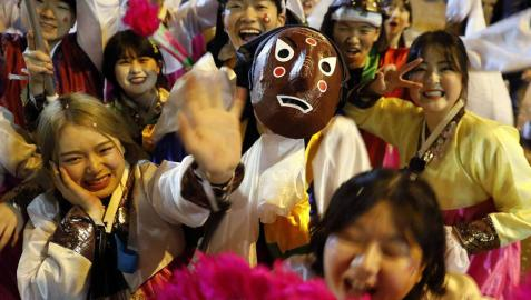 Disfraces tradicionales, bailes, carrozas por tierra y agua... Así están viviendo varias ciudades de Europa y América sus Carnavales