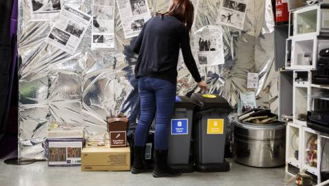 Papeleras diferenciadas para residuos en el campus de Arrosadia de la UPNA.
