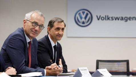 Andreas Tostmann, a la izquierda, junto a Emilio Sáenz, presidente de Volkswagen Navarra.