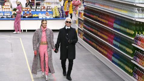El modisto Karl Lagerfeld con la modelo británica Cara Delevingne