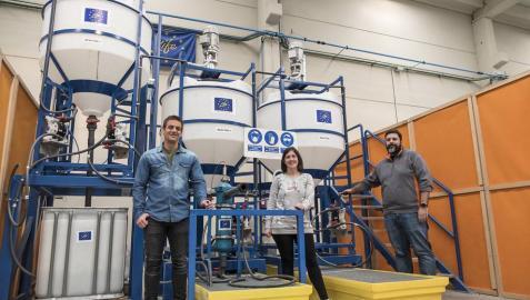 Los investigadores Ibai Díaz, Tamara Oroz y Víctor Moreno con los reactores de la línea química, en las instalaciones de L´Urederra.