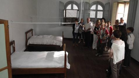 Un grupo de ciudadanos en una de las visitas guiadas al convento de las Salesas, en 2011.