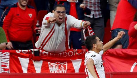 Ben Yedder celebra el primer gol del partido ante la afición sevillista.