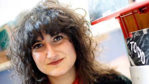 La pamplonesa Andrea Ganuza, licenciada en Bellas Artes, con dos de sus publicaciones.