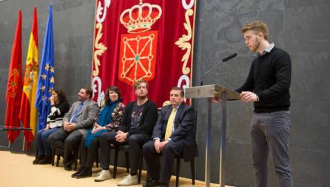 Hugo García de Olano, de la UPNA, recibe el III Premio de Derecho Parlamentario