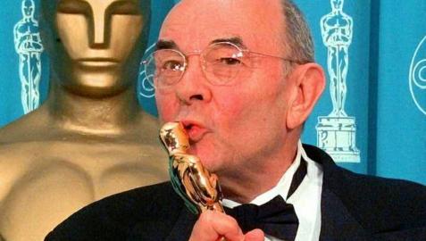 Stanley Donen, tras recoger su Oscar honorífico en 1998.