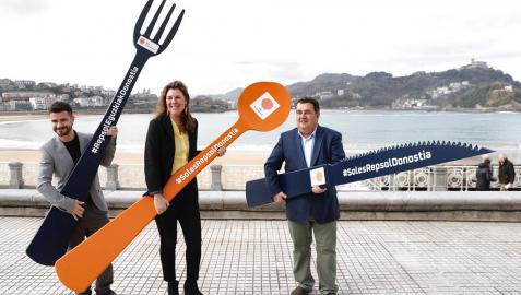 La directora de la Guía Repsol, María Ritter (c), el director de Basquetour, Harkaitz Millán (i), y el Teniente de Alcalde de San Sebastián, Ernesto Gasco (d).