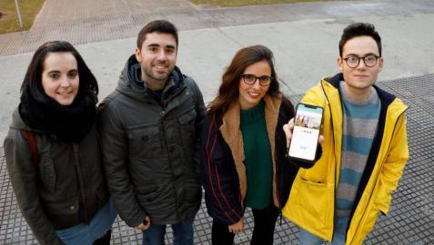 Los estudiantes autores de la aplicación, en el campus de la UPNA. De izda. a dcha., Edurne Marquínez, Alejandro Jiménez, Andrea Solabre y Jesús Arellano.