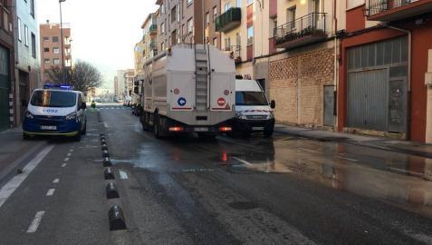 Revienta una tubería de agua en la calle Canal de Pamplona