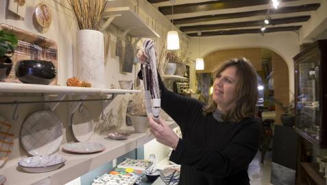 Mónica Tort Bori muestra una de las piezas que se puede adquirir y hacer en su establecimiento de Niu Taller de Cerámica.