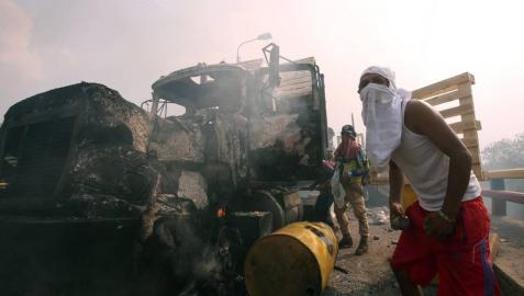 El Gobierno de Maduro acusa a los opositores de la quema de camiones con ayudas