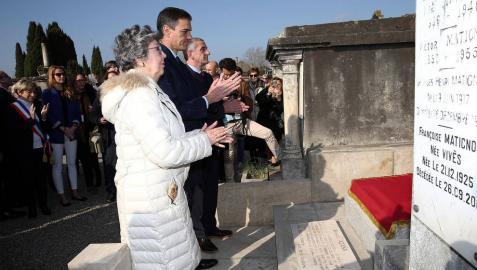 Pedro Sánchez, frente a la tumba del presidente republicano Manuel Azaña en Montauban junto a familiares de Azaña.