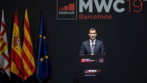 El Rey reivindica en el MWC ante Torra que España es una democracia plena