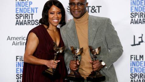 Regina King y Barry Jenkins, protagonista y director de 'El blues de Beale Street', con sus galardones.