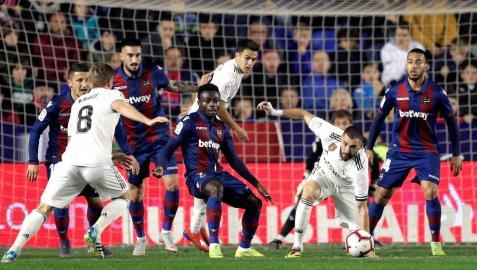 Dos penaltis con VAR y los postes mantienen con vida al Madrid