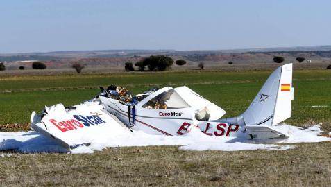 Estado en el que ha quedado la avioneta que se ha estrelladro este domingo en el aeródromo La Nava.
