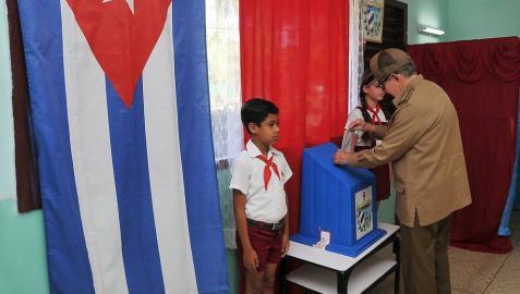 El expresidente cubano, Raúl Castro, vota en el referendo sobre la nueva Constitución, en La Habana