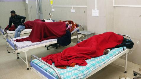 Víctimas de consumo de alcohol adulterado en un hospital de Jorhat, en el distrito de Assam, India.