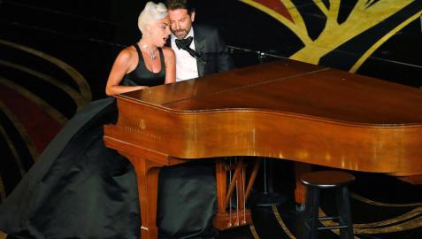 Lady Gaga y Bradley Cooper se meriendan unos Oscar más ágiles y muy hispanos