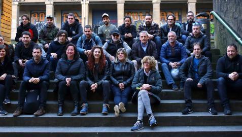 Miembros de Musika Industriaren Elkartea posaron ayer, al comienzo de la reunión en la Sala Zentral de Pamplona, con interesados en conocer la asociación.