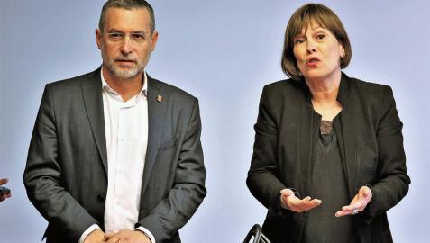 El consejero de Política Social, Empleo y Vivienda, Miguel Laparra, y la presidenta Uxue Barkos, en la comisión del Parlamento