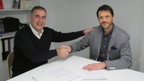 Ignacio San Miguel (a la izquierda), delegado de Acción contra el Hambre en Navarra, y Álex Uriarte, presidente de Aedipe Navarra, durante la firma del acuerdo de colaboración.