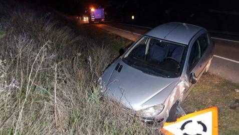 El vehículo chocó contra una señal por el lado del conductor.