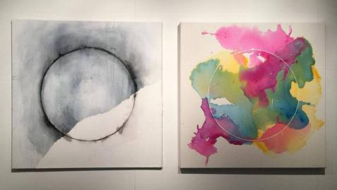 El círculo es el gran protagonista de La ausencia del cuerpo, exposición de Fermín Alvira en la que juega con la geometría, las manchas, el blanco y el color.