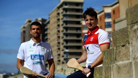 Daniel Berrogui y Mitxel Fernández posan juntos en la Ciudadela de Pamplona en la víspera a su encuentro de paleta cuero.