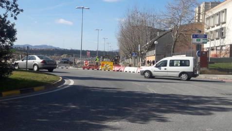 El carril cortado ahora al tráfico es el de entrada a Barañáin, a la altura del instituto.