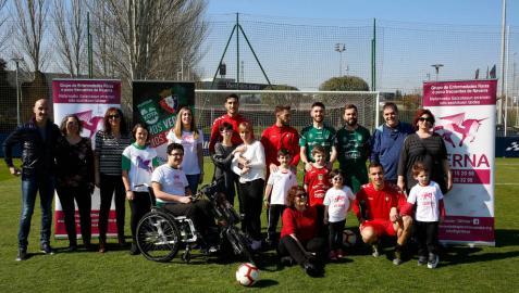 Familias del Grupo de Enfermedades Raras de Navarra (GERNA) y jugadores de Osasuna y Osasuna Magna (Xota), el martes en Tajonar.