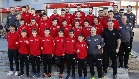 Los jugadores del equipo infantil, que disputa la Minicopa, posan junto a los de Osasuna Magna antes de salir hacia Valencia.