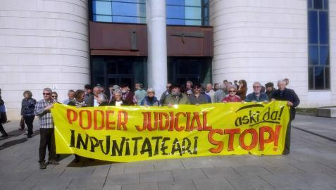 Los colectivos se han concentrado frende al Palacio de Justicia de Pamplona.