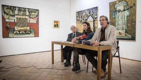 De izda a dcha: José Corredor-Matheos,  Maitena Muruzábal y Alfredo Díaz de Cerio, rodeados de tres grandes obras del artista en las que el metal fue protagonista.